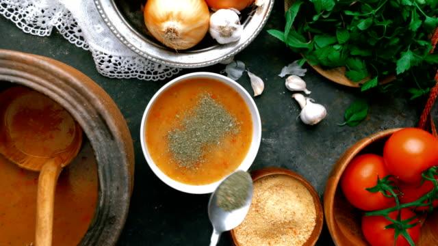 トルコのタルハナスープ - タルハナスープの伝統的なサービング方法 - スープ点の映像素材/bロール