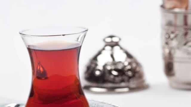vidéos et rushes de thé turc sur un fond blanc - thé noir