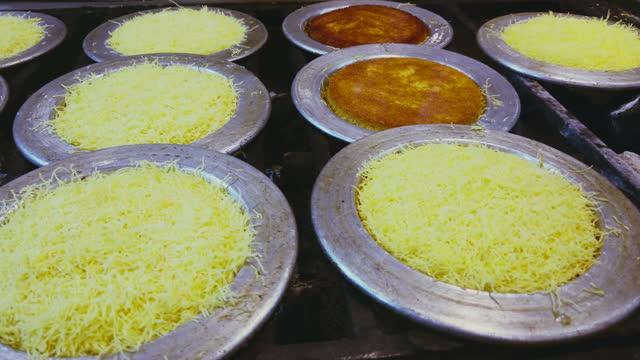 トルコ伝統デザート、カナフェまたはキュネフェ - ピスタチオナッツ点の映像素材/bロール