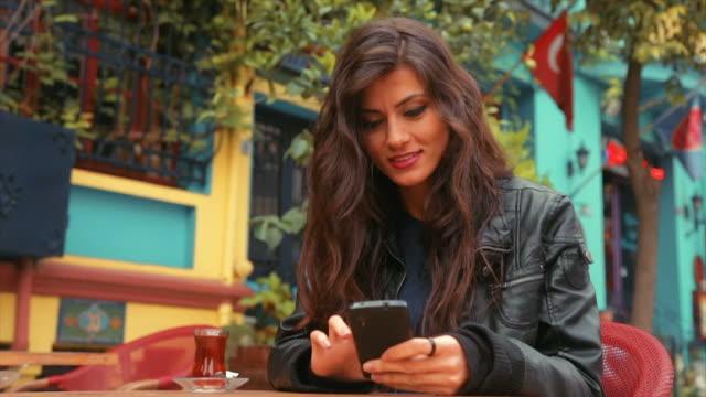 vidéos et rushes de femme à l'aide de téléphone en turquie - seulement des jeunes femmes
