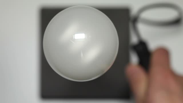 vidéos et rushes de prenez une lampe sur et en dehors - lampe électrique