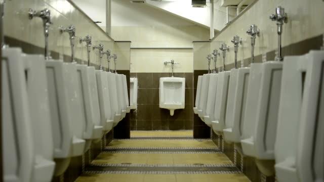 オフ-オン、ライトのトイレもございます。 - 小便器点の映像素材/bロール