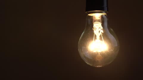 vídeos y material grabado en eventos de stock de encienda y apague una bombilla incandescente - equipo de iluminación