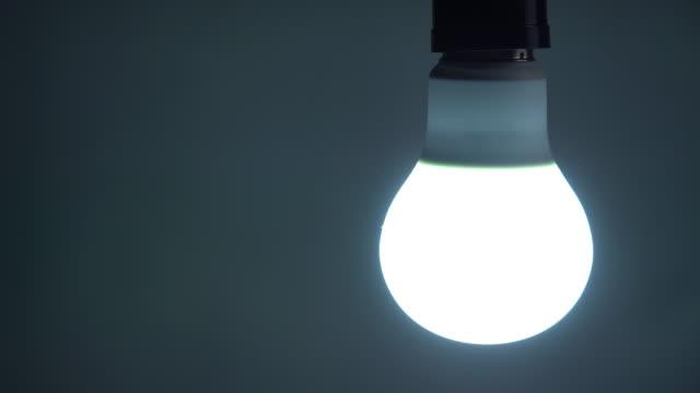 vídeos de stock e filmes b-roll de turn on and turn off a led light bulb - luz led