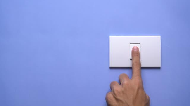 vídeos de stock e filmes b-roll de turn on and turn off a light switch - interruptor de luz