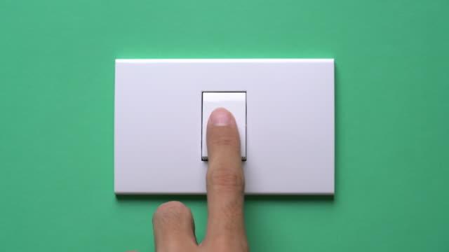 vidéos et rushes de allumez et éteignez un interrupteur - electric lamp