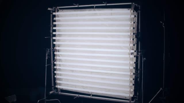 vídeos de stock e filmes b-roll de turn on fluorescent light - montagem de filme estúdio de cinema