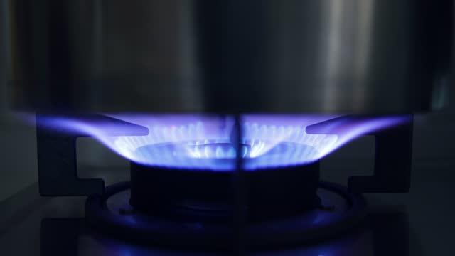 調理用のガスストーブをオンにする - キャンプ用ストーブ点の映像素材/bロール