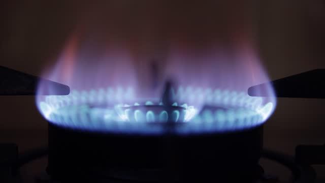 ガスストーブの電源を入れる - ガスコンロ点の映像素材/bロール