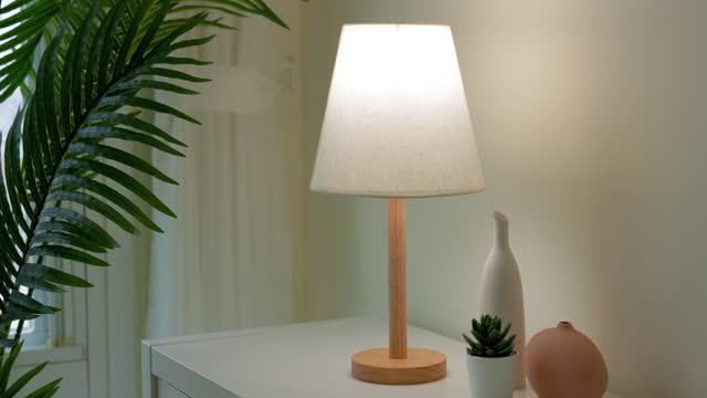 lampe durch berühren einschalten - electric lamp stock-videos und b-roll-filmmaterial