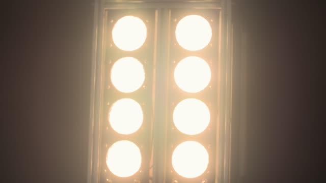 vídeos de stock, filmes e b-roll de acender a lâmpada-slow motion - entrega de prêmios