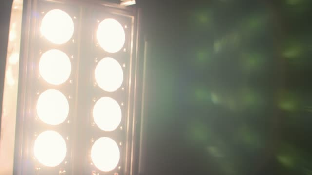 light bulb einschalten-slow motion - filmset stock-videos und b-roll-filmmaterial