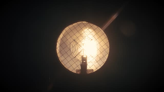 light bulb einschalten-super slow motion - elektrische lampe stock-videos und b-roll-filmmaterial