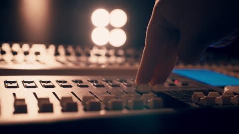 slå på glöd lampa med ljus mixer-slow motion - filma bildbanksvideor och videomaterial från bakom kulisserna