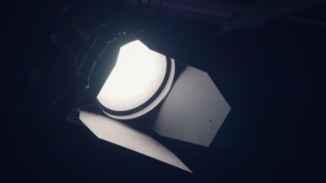 開啟演播室燈泡 - 慢動作 - 電影佈景 個影片檔及 b 捲影像
