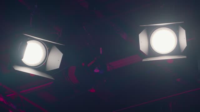 vidéos et rushes de activez l'ampoule studio - slow motion - décor de cinéma