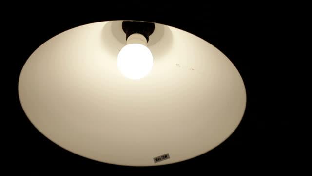 ライトをオンします。 - electric lamp点の映像素材/bロール