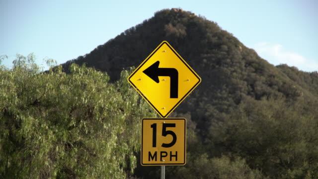 vídeos de stock, filmes e b-roll de turn sign - placa de estrada