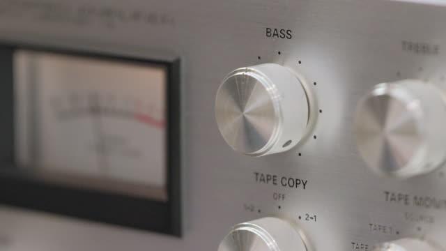 stockvideo's en b-roll-footage met stel de bas - stereo