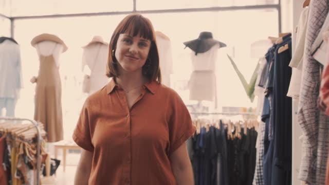 vidéos et rushes de j'ai transformé ma passion pour la mode en carrière - vendre