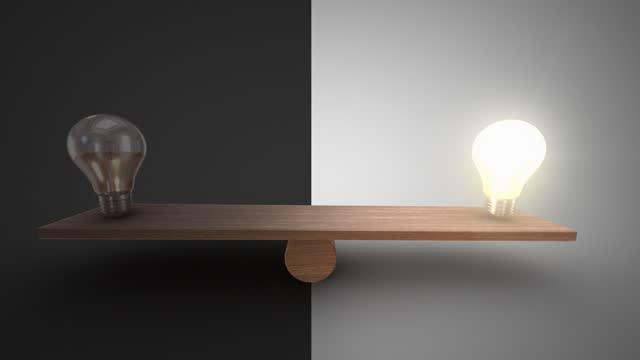 木製のシーソーで電球のバランスをとり、オンとオフを切り取った。アニメーションは両側で速度が低下します。あなたが選択した側に停止することができます。成功アイデアリーダーシッ� - 正義の天秤点の映像素材/bロール