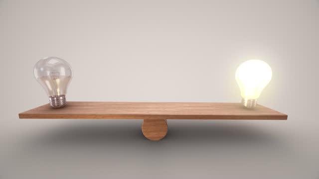 ein- und ausschalten der glühbirne, die auf einer hölzernen wippe balanciert. die animation verlangsamt sich auf beiden seiten. sie können auf der seite anhalten, die sie wählen. die konzepte der erfolgsidee führung marketing-planungslösung finanzier - wippe stock-videos und b-roll-filmmaterial