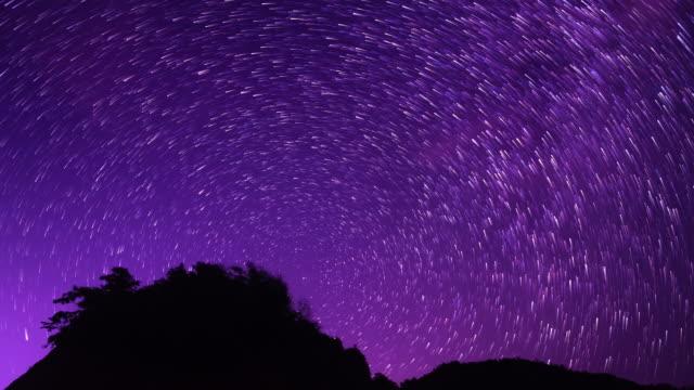 vidéos et rushes de tourner autour des étoiles du nord pluie de météorites 4k dci - ciel étoilé