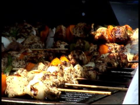 tornitura kebab di pollo, kebobs, kebaps, kibobs su grill - audio available video stock e b–roll
