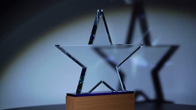 stockvideo's en b-roll-footage met draaiende glastrofee op de zwarte achtergrond - star shape