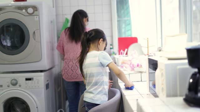 vídeos de stock, filmes e b-roll de transformando housework em trabalhos de equipa - arrumado