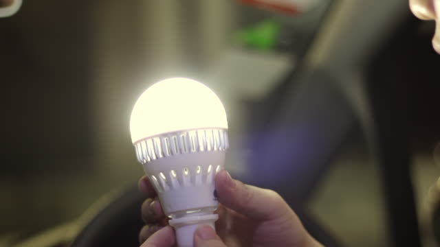 vídeos de stock e filmes b-roll de turning light bulb in car - luz led