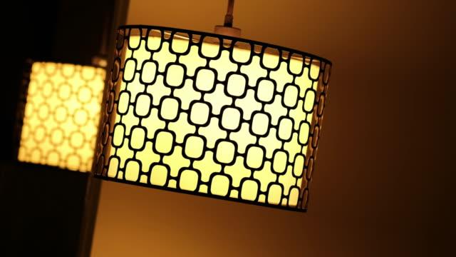 vidéos et rushes de éteindre une lampe - lampe électrique