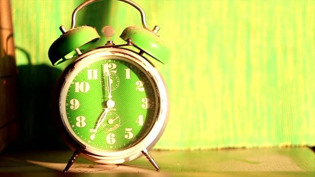 vídeos de stock, filmes e b-roll de desligando relógio despertador - excitação