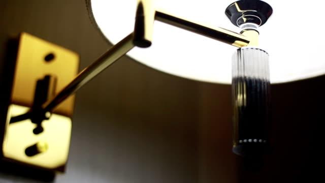 vidéos et rushes de allumer une lampe - se balancer