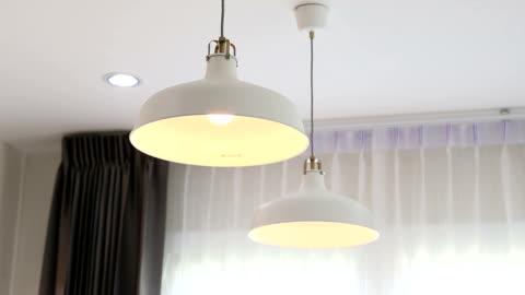 vídeos y material grabado en eventos de stock de encender y apagar bombillas de luz. - luz led