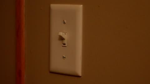 vídeos y material grabado en eventos de stock de encender y apagar el interruptor de la luz - equipo de iluminación
