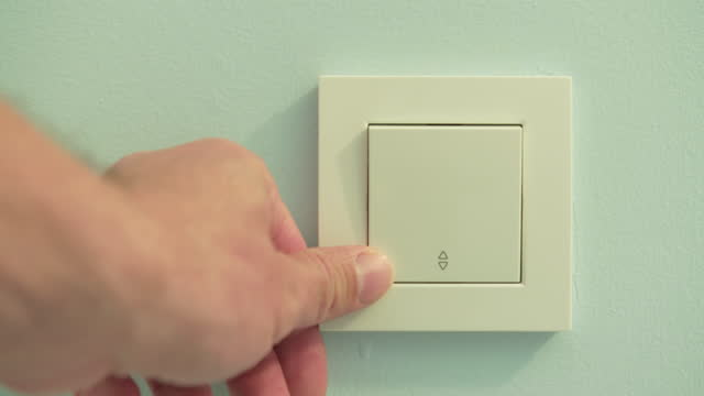 vídeos de stock e filmes b-roll de turning on and off the lights - interruptor de luz