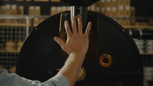kaffee-röster-slow-motion 4k einschalten - techniker stock-videos und b-roll-filmmaterial