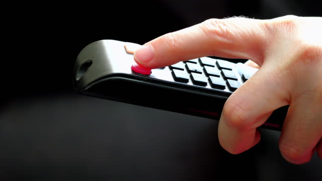 vidéos et rushes de turning on or off the tv using a remote control - turning on or off