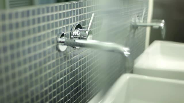 stockvideo's en b-roll-footage met turning on the bathroom tap - kraan