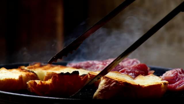 vídeos de stock e filmes b-roll de girando em fatias de pão fresco no churrasco - pimenteiro de mesa