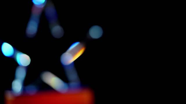 黒い背景に星形トロフィーを回す - 褒美点の映像素材/bロール