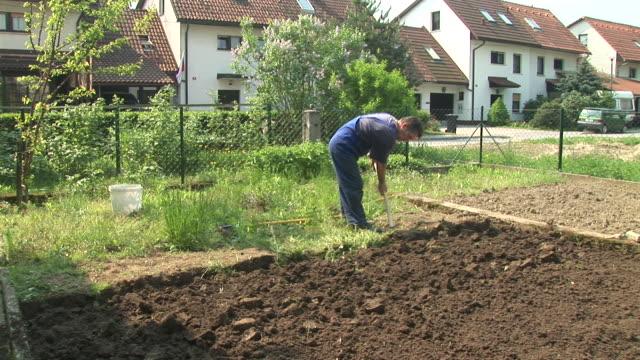 vidéos et rushes de hd : tourner la terre - jardiner