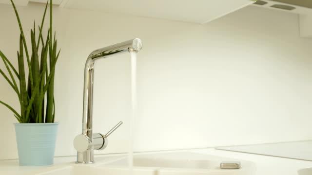 vidéos et rushes de tournant la pression de réduction - robinet