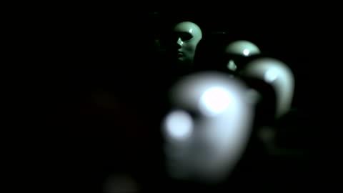 vídeos y material grabado en eventos de stock de turning white colored impassive masks in the dark - esconder