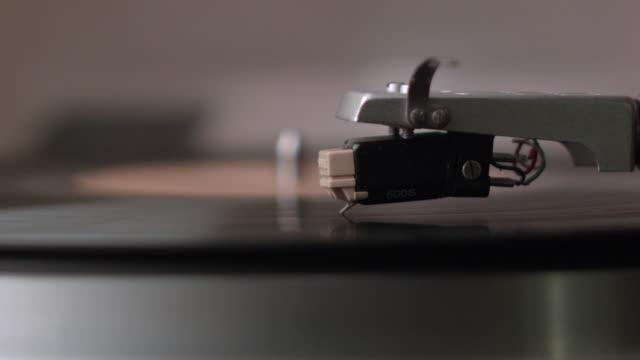 vidéos et rushes de cu turntable needle drops and plays on record - disque vinyle