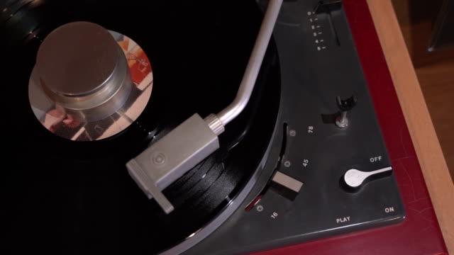 vídeos de stock e filmes b-roll de turntable playing an lp disk. - disco audio analógico