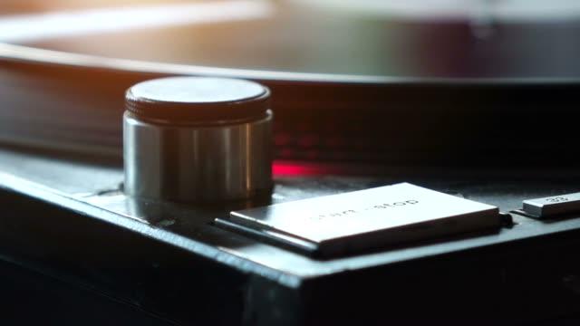 stockvideo's en b-roll-footage met draaitafel met vinyl startknop - analog
