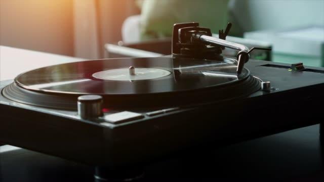 turntable with vinyl - giradischi video stock e b–roll