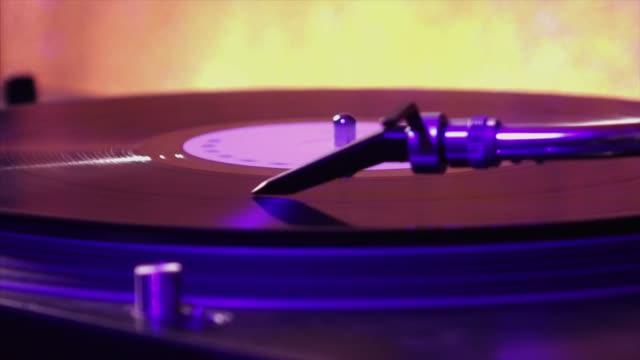 vídeos de stock e filmes b-roll de turntable with vinyl - gira disco